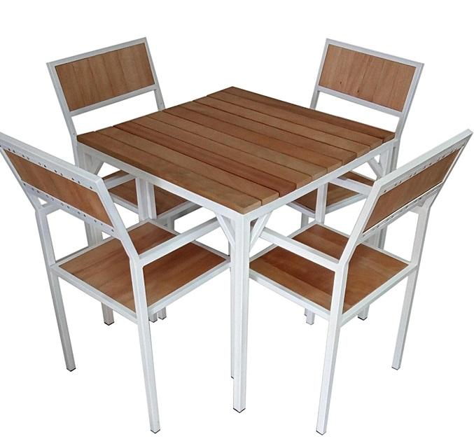Table et 4 chaises en noble